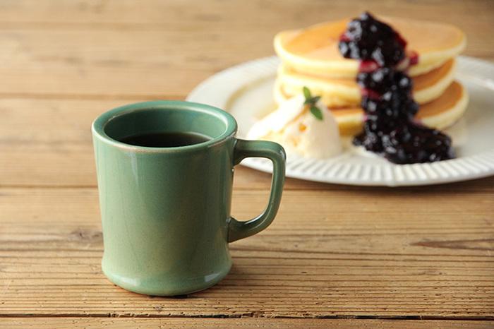 ナチュラルな雰囲気で植物の爽やかさも感じさせるグリーンのコーヒーカップ。深みのあるグリーンのカップは、コーヒーの色合いになじんでいますね。より落ち着いた気分で気持ちの切り替えができるかもしれません。