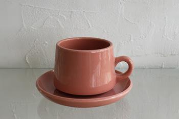 果物やデザートをイメージさせるピンクのカップにコーヒーを注ぐと、コーヒーが少しだけ甘く感じられるという研究結果もあるそう。マイルドな風味と味わいが美味しいカフェラテにもぴったりの色ですね。