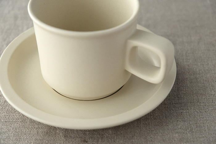 白いカップにコーヒーを注いだ時、白と茶のコントラストがはっきりするので、より「コーヒーの深みのある色合い」を感じさせます。