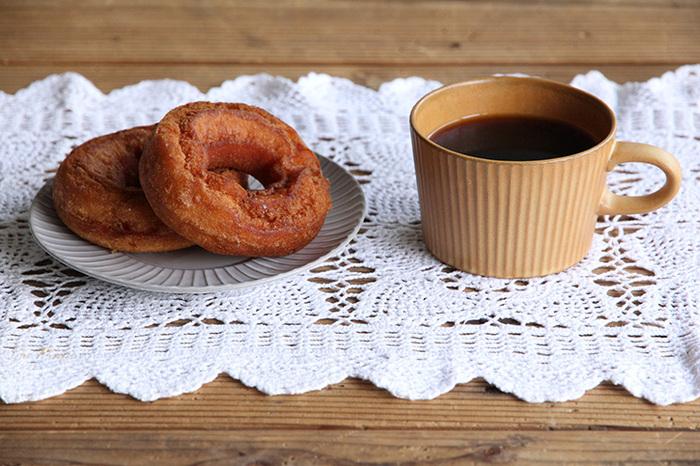 コーヒーカップに「イエロー」を選ぶのは少しめずらしいと感じられませんか。マスタード色から明るいイエローまで、同じ色でも印象がまるで違う色ですよね。ベージュに近いマスタードカラーは、コーヒーと溶け合うような優しい色合いが魅力です。
