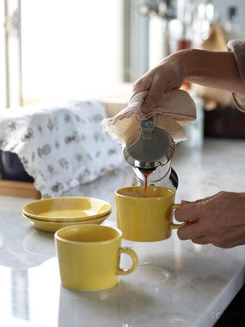 鮮やかなイエローのコーヒーカップからは、元気をもらえそうですね。キッチンに置いてあるだけで、ぱっとその場が明るくなります◎
