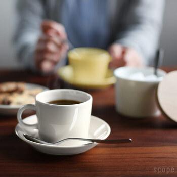 また清潔感がありスタイリッシュな白のカップに注ぐと、洗練された雰囲気に。混じりけのない真っ白なカップは、コーヒーそのものの色合いを楽しみたい方にぴったりです。