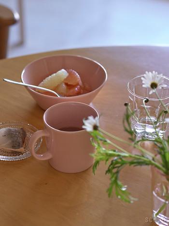 女性らしさと優しい雰囲気を漂わせるピンクのコーヒーカップ。写真のように、くすんだピンクのカップなら、食卓にもやさしくなじみます。見るだけでほっと心が和みそうですね。