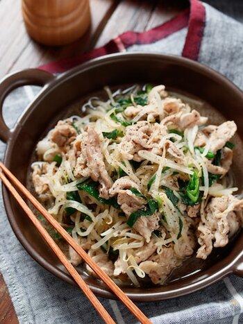 豚バラともやしたっぷり、ボリューミーな炒め物です。豚肉の上にもやしを載せて蒸し焼きにすると、もやしの食感を保てます。塩こしょう、醤油のシンプルな味付けで、ご飯が進むおかずに!
