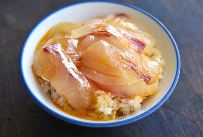 鯛のお刺身が入ったちょっぴり贅沢なTKG(卵かけご飯)。鯛の刺身を買ってくれば、包丁いらず&火を使わずに絶品丼がつくれちゃいます。