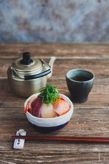 スーパーで売っているお刺身の盛り合わせを5分漬けるだけでできる、忙しい日にうれしい丼。味付けは市販のあごだしつゆのみでとっても簡単です。