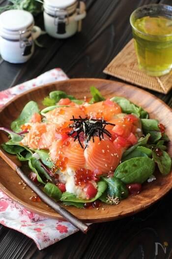 脂ののったサーモンに、たっぷりのお野菜をプラスした丼。栄養のバランスがとれているから、これ一杯でお腹も満足できるレシピです。