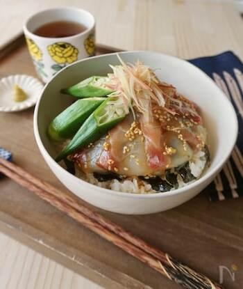 淡白な鯛の切り身に甘辛のタレを絡ませ、オクラを添えてボリューム感をプラスした丼です。みょうがの爽やかな香りとごまの香ばしさがいいアクセントになっています。