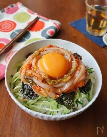 イカのお刺身をキムチとごま油で和えた韓国風の海鮮丼。卵黄を絡めて召し上がれ♪