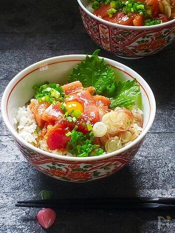 ショウガ、シソ、ミョウガの薬味がたっぷり入ったさっぱり食べられるマグロ丼。食欲のない時も胃を活性化してくれてもりもり食べられます。