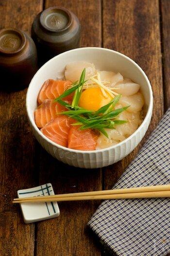 ホタテとサーモンを使った、ちょっぴり贅沢な海鮮丼。ごま油の入ったユッケ風のタレをかけて黄身を絡めたら、ホタテの甘みがより際立ちます。