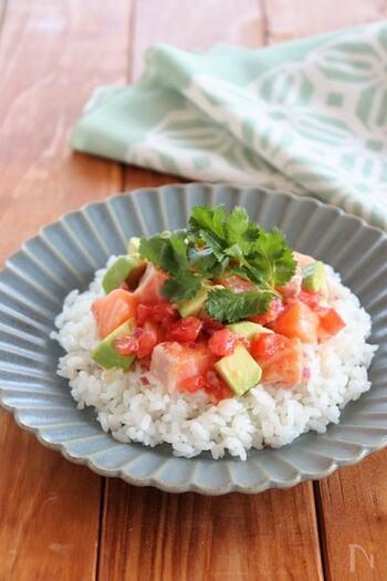 タレにナンプラーを加え、仕上げにパクチーをのせることでエスニック風にアレンジしたサーモンの丼。いつもの海鮮丼に飽きたら、こんな変わりダネもいいかもしれませんね。