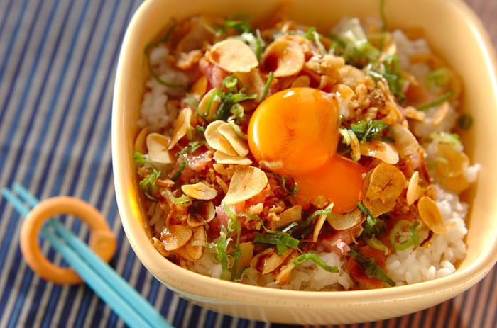 白ネギとごま油の香りが広がるユッケに、フライドオニオンとガーリックチップをトッピング。食べ進めていくうちに味が変化する、ユニークな丼です。
