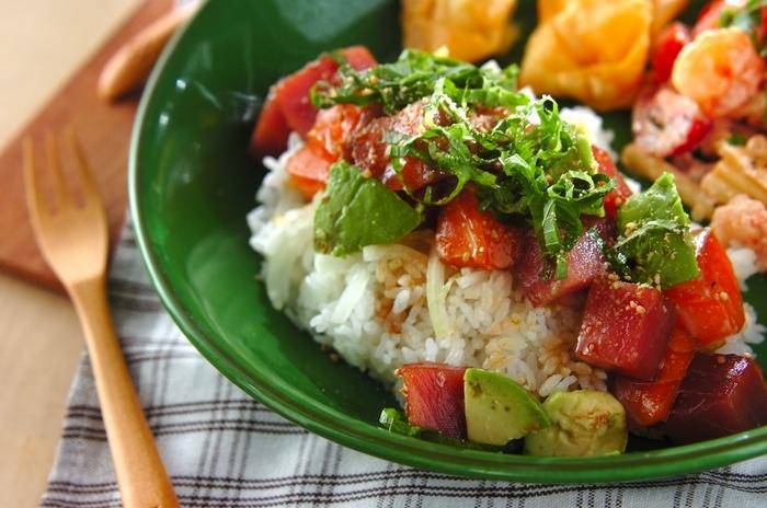 ハワイ料理のポキを丼にアレンジ。サーモンのうまみとアボカドのまろやかなコクが効いた、カフェ風絶品丼です。