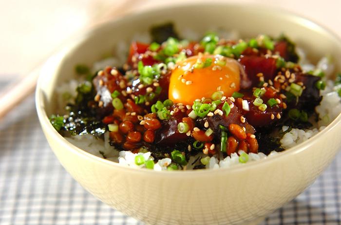 カツオと納豆をコチュジャン入りのタレと合わせてねっとりとした食感に。卵黄をからめれば、さらにマイルドさがプラス。