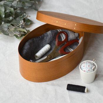天然のチェリー材が使われているシェーカーボックス。使うものだけを厳選して入れておけば、さっと取り出して使えます。蓋を閉めると中身が隠れてスタイリッシュな印象になるので、家具の一部の様に、部屋に馴染むのが嬉しいですね。