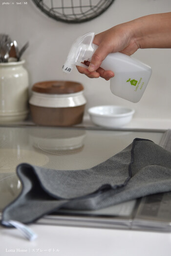料理の後片付けをするついでに、調理台やコンロの拭き掃除をしておきましょう。特に油汚れが気になるコンロ周りは、すぐに掃除する方が簡単にキレイになります。油汚れに効くセスキ水を吹きかけてクロスで拭けば◎