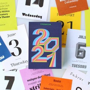世界中のフォントが日替わりでデザインされたドイツのカレンダー。  裏面にはそれぞれのフォントの名称とサンプルの文字列、フォントデザイナーのwebサイトのURLが記されています。