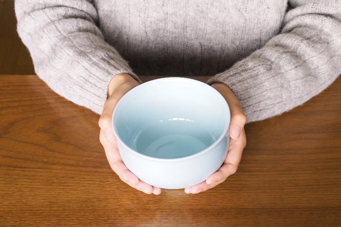 どんぶりというと女性には大きすぎるイメージがありますが、こちらは小ぶりでうれしいサイズ感の茶漬碗。ぽってりとした丸みのあるデザインに程よい深さがあり、食卓に出すとパッと映えます。