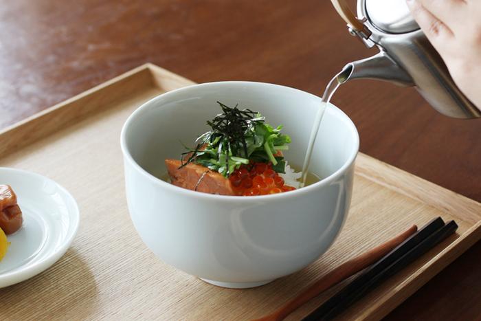 鮭茶漬けや鯛茶漬け、うどんなどのめん類などもに使えそうな小ぶりなどんぶり。お碗の縁が少し広がっているので、料理を盛り付けた時に見栄えがするのもポイントです。