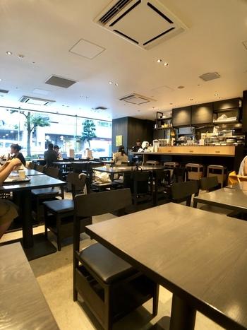 広々とした店内は席数51席。仕事前の時間も、休日の朝も、店内のパンとコーヒーの香りに包まれながら、ゆったりとした朝の時間を過ごすことができます。