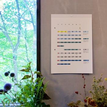 こちらは1年を二十四の区切りで分けた二十四節氣が色分けされた、D-BROSデザインによるカレンダー。  シンプルなフォントと、落ち着きのある優しい色合いのラインで、リビングや寝室、子供部屋とどこに飾っても様になります。