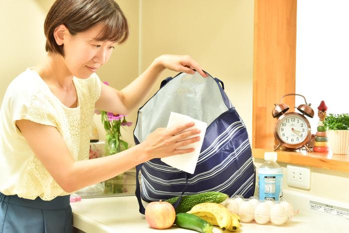 お買い物したものを全部出したら、バッグをしまう前に、除菌用アルコールで湿らしたタオルや、アルコールシートなどで拭くことを習慣づけると安心です。直接バッグに噴射するよりも、消毒液で拭く方法が有効です。このひと手間で、付着している菌の数を減らすことができます。