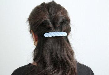 大きめで滑り止めが付いたバレッタなので、ボリュームのある髪をまとめるのにぴったりです。ハーフアップやまとめ髪も、これ一つで十分な安定感があります。