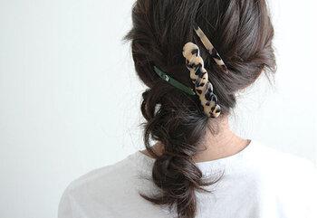 三つ編みやツイストした髪のアクセントに付けたヘアアレンジです。ボリュームのあるバレッタなので、組み合わせるときは小さいバレッタやピンが好相性です。