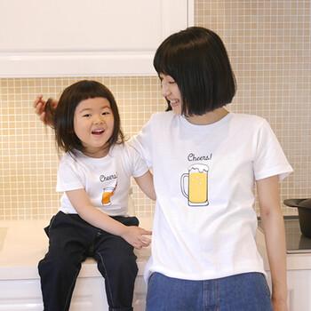 こちらは、さりげなく同じモチーフを使ったおしゃれなペアTシャツです。「Cheers」は、大人用はビール、子供用はジュース、赤ちゃん用はミルクのイラストが描かれています。  ハグをするとグラスが重なって、「乾杯!」となるなんてとてもユニークですよね。何度も何度も「乾杯!」したくなってしまいます。