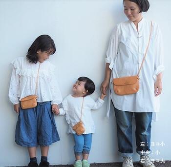 小、ヨコ小、ヨコ大という3サイズ展開で、姉妹も揃って使うことができるポシェットです。イタリアンレザーを使ったシンプルなバッグは、時間が経つと色合いも手触りも馴染みよくなっていきます。  子供たちと一緒に育っていくことができるバッグ。どんなふうになるのか、楽しみながら使っていくことができそうです。
