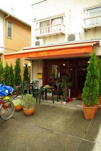 末広通りに位置するカフェ・ミミ。お店の前には緑が並び、フレンチな佇まいは歩いていても目をひきます。