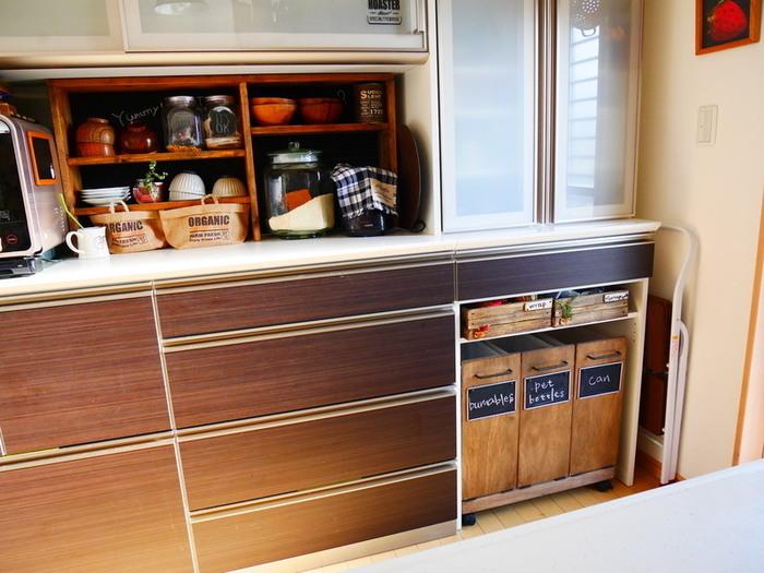 キッチン棚にオープン収納のスペースがあったら分別ゴミ箱を並べてゴミステーション化しましょう。入れ物を揃えることでまとまってスッキリ見えます。