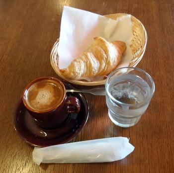 モーニングメニューは、クロワッサン、田舎パンのトースト、クロックムッシュ(ホットサンド)の3種類。外はサクッと、中はもちっとしたクロワッサンはフランスでも定番の朝食です。