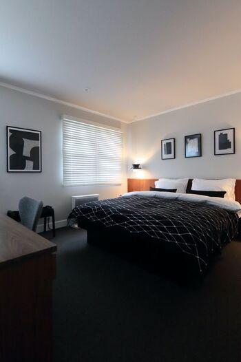 黒や暗めのグレーを使っても、ファブリックメインなので固すぎる印象にはならず、落ち着いた部屋になります。ベッドはシンプルにして、周りにアートを飾っても素敵。