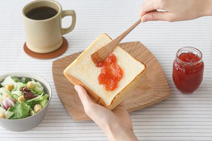 先端部分がわずかに立ち上がり、縁が絶妙なカーブを描いて瓶のカーブにフィットするジャムスプーンです。スプーンというよりはヘラに近い感覚で、ジャムやクリームなどをすくい取ることができます。窪みがないので、取ったジャムを広げるのにも快適で便利です。毎朝のお供に、木のお皿と一緒に使いたくなります。