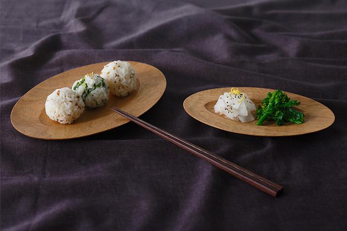 ちょっと珍しい楕円のお皿は、広めの縁が付いていて個性的です。おにぎりを乗せたり、焼き魚を乗せても似合いそうです。3サイズ展開で、丁度いいサイズが見つかるはず。