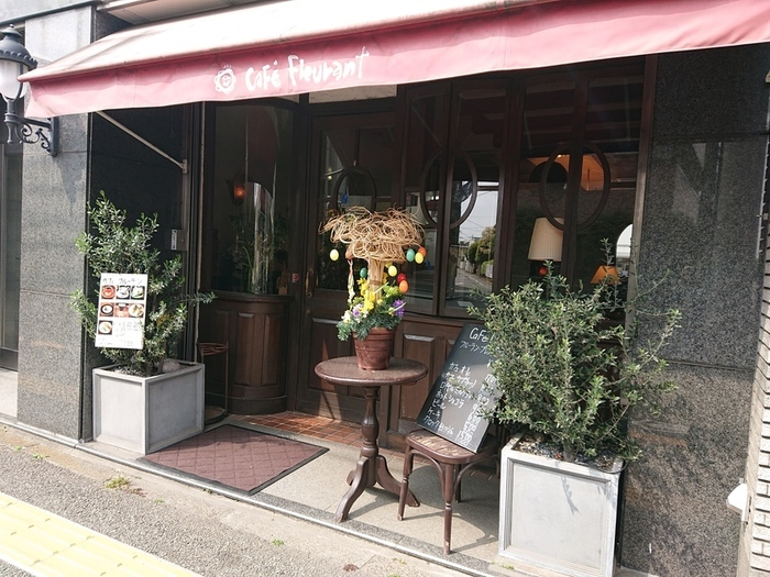 吉祥寺駅南口から徒歩8分の所にある、隠れ家的カフェのフルーラン。外からでもわかる落ち着いた照明の店内が、ゆったりした時間を過ごせそうな期待感を膨らませます。