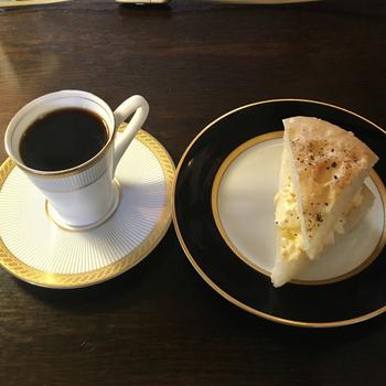フルーランの朝食は、ブレンドコーヒー+フルーランオリジナルの焼き立てパンのセットで500円。ワンコインでこの空間と朝食を楽しむことができるなんて、贅沢の極みではないでしょうか。密になることもなく、ゆったりとした時間を過ごすことができそう。