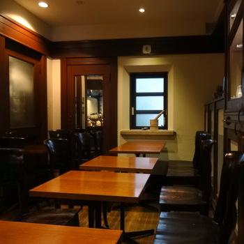 ここだけ時間がゆっくり流れているかのように落ち着いた店内は、カウンターを含めて20席。昔ながらの順喫茶を思わせる雰囲気の中で楽しむチャイはまた格別なのです。