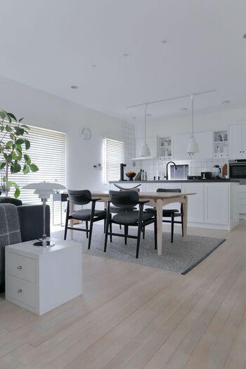 ソファと同じく存在感のあるテーブルは、天板や脚の部分が木製になっているものを選ぶのがおすすめ。モノトーンの空間に木製の家具が入ると、ぐっとナチュラルな雰囲気になります。