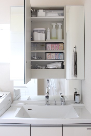 狭い空間に多くのモノを収納するのは難しいもの。ですがモノを上手に収納することは、すっきりとした空間をつくるために欠かせないですよね。ミラーの裏の収納スペース、洗面台下なども上手に使える工夫を。