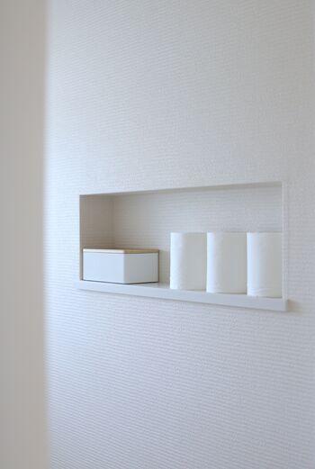 トイレは、サニタリースのなかで最も狭い場所。ですが、置くモノも限られているため、工夫次第で心地良いインテリアをつくりやすい場所でもあります。  こちらの写真のように、壁の一部がくぼんだ「ニッチ」があれば、必要最低限のものをすっきりとまとめておくことができます。