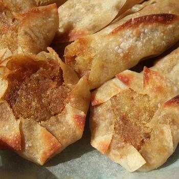 残ったカレーのリメイクにもなるサモサ。餃子の皮を使って、オーブントースターで簡単にできます。揚げないのでさっぱりヘルシー。