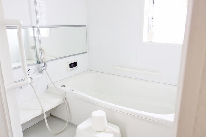 バスルームは、いかに湿気を逃がしカビや汚れを付着させないかがきれいを保つポイント。こまめな掃除はもちろんですが、換気やモノの配置も意識したいところです。