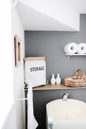 こちらのお宅では、壁の一部の色を変えた「アクセントクロス」でインテリアを楽しんでいます。シールタイプなので、DIY初心者さんも気軽にトライできるのではないでしょうか。  家族で使うトイレットペーパーはあえて見せて収納、掃除道具など隠したいモノはカゴや袋に入れて、インテリアになじむように収納にしています。
