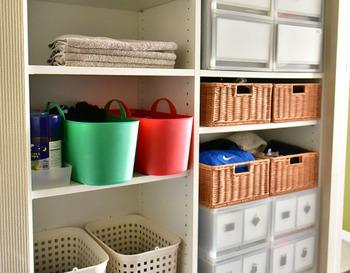 こちらの写真のように、スペースをカゴや引き出しなど収納アイテムを使ってカテゴリ別に仕分けできるようにすると使いやすくなります。お子さんもわかりやすいように、中身がわかるようラベリングしておくと良いでしょう。