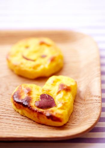 さつまいもの美味しさを堪能するおやつ。さつまいもをレンジで柔らかくし、バターや卵を合わせてオーブントースターで焼くだけです。素朴な甘みにほっとします。