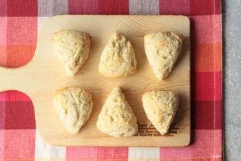 ホットケーキミックスを使わず、小麦粉で作るレシピ。しかも、バター不使用ですが、とても美味しいスコーンです。シンプルな材料でできますので、ぜひ作ってみませんか?