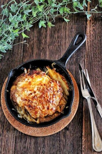 鉄のフライパン・スキレットでオーブン焼きした料理はおしゃれで人気ですが、もちろんオーブントースターでも使えます。こちらはハンバーグ。焼き立てあつあつをそのままテーブルへ運んで、スペシャルなごちそうを召し上がれ。